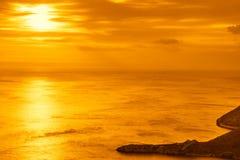Заход солнца или восход солнца над поверхностью моря Стоковая Фотография