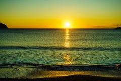Заход солнца или восход солнца над поверхностью моря Стоковые Фото