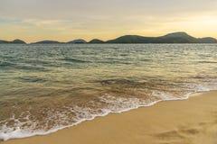 Заход солнца или восход солнца пляжа с красочным неба и солнечного света облака стоковая фотография rf