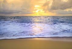 Заход солнца или восход солнца пляжа с красочным неба облака стоковое изображение
