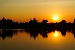 Заход солнца или заход солнца на реке стоковая фотография
