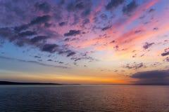 Заход солнца или небо восхода солнца над морем Природа, погода, атмосфера, тема перемещения Восход солнца или заход солнца над мо стоковое фото