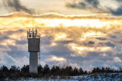 Заход солнца и водонапорная башня Стоковое Фото