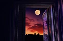 Заход солнца и восход луны увиденные от открытого окна стоковые изображения rf