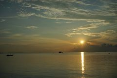 Заход солнца и восход солнца с драматическим небом над океаном стоковое изображение rf