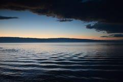 Заход солнца и завихряясь вода в лете на область Lake Baikal, Иркутске, Российская Федерация стоковые фото