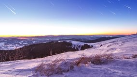 Заход солнца и звезды на сумраке в прикарпатской горной цепи сток-видео