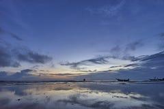 Заход солнца и отражение с красивым небом Стоковые Фотографии RF
