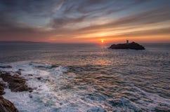 Заход солнца и прибой, маяк Godrevy, Корнуолл стоковое изображение