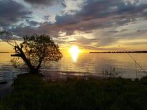 заход солнца и рыбная ловля на большом озере стоковое фото