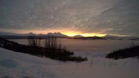 Заход солнца и туман льда над северной долиной сток-видео