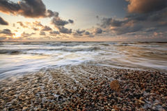заход солнца камушка пляжа Стоковые Изображения RF