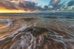 Заход солнца Кауаи Гаваи на пляже Стоковые Изображения RF
