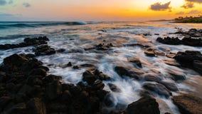 Заход солнца Кауаи Гаваи на пляже Стоковые Фотографии RF