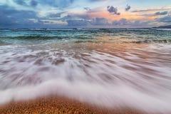 Заход солнца Кауаи Гаваи на пляже Стоковое Фото