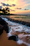 Заход солнца Кауаи Гаваи на пляже Стоковые Фото