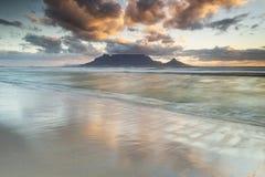 Заход солнца Кейптауна горы таблицы стоковые изображения