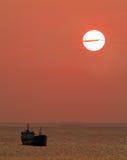 заход солнца кораблей sailing Стоковые Изображения