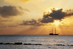 заход солнца корабля пирата Стоковые Фото