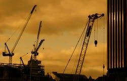 заход солнца крана конструкции города Стоковая Фотография RF