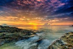 Заход солнца красивого пейзажа изображения долгой выдержки пасмурный с Sto Стоковое Изображение RF
