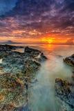 Заход солнца красивого пейзажа изображения долгой выдержки пасмурный с Sto Стоковые Фотографии RF