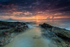 Заход солнца красивого пейзажа изображения долгой выдержки пасмурный с Sto Стоковое фото RF