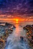 Заход солнца красивого пейзажа изображения долгой выдержки пасмурный с Sto Стоковые Изображения RF