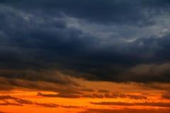 Заход солнца красивый и шторм облака в цвете неба темном Стоковые Фотографии RF