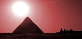 заход солнца красного цвета пирамидок Стоковые Фото