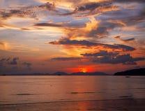 Заход солнца ландшафта тропический на пляже Ao Nang, провинция Krabi Стоковые Фотографии RF