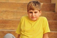 заход солнца лестниц белокурого мальчика сидя Стоковое фото RF