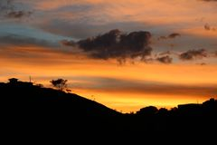 Заход солнца лета на горе стоковые фотографии rf