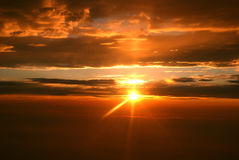заход солнца луча облаков Стоковые Изображения