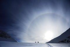 заход солнца лыжников стоковое фото rf