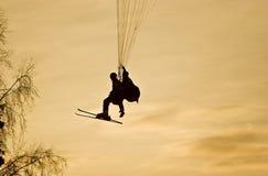 заход солнца людей paraplane Стоковое Изображение
