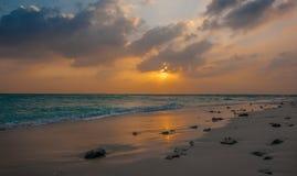 заход солнца Мальдивов Красивый красочный заход солнца над океаном в Мальдивах увиденных от пляжа Изумительный заход солнца и пля Стоковая Фотография RF