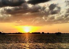 Заход солнца мечты океана солнца перемещения праздника острова моря каникул заволакивает Стоковые Изображения