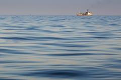 Заход солнца моря и силуэт военного корабля Стоковое Изображение