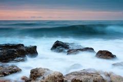 заход солнца моря пляжа красивейший утесистый стоковые изображения rf