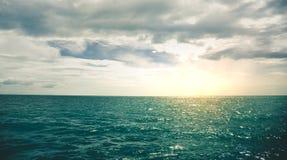Заход солнца моря тропический с темным тоном океана настроения Стоковое Изображение