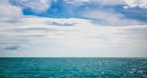 Заход солнца моря тропический с темным тоном океана настроения Стоковые Изображения