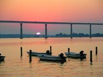 заход солнца моста вниз стоковые фото