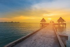 Заход солнца над береговой линией и идя путем водя к горизонту берега моря стоковая фотография rf