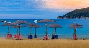 Заход солнца над большими утесом и пляжем Стоковое Изображение