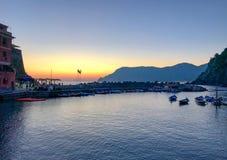Заход солнца над гаванью Vernazza, Cinque Terre, Италией стоковые изображения rf
