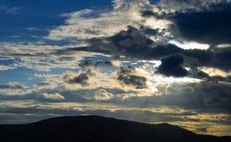 Заход солнца над горами Стоковые Изображения RF