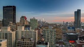 Заход солнца над горизонтом центра города Манхаттана, отражениями солнца на зданиях Нью-Йорк, NYC Timelapse сток-видео