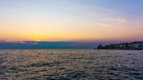 Заход солнца над городом Piran, Словения Видео Timelapse волшебного солнца над Адриатическим морем и старым средневековым летом п видеоматериал