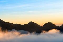 Заход солнца над горой и облаком на держателе Rinjani, острове Lombok Стоковая Фотография RF